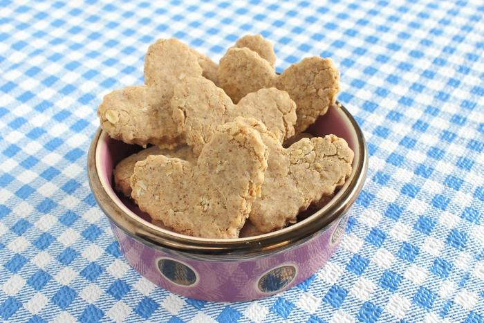 Looking for an easy hypoallergenic dog treat recipe that Spot will gobble up? Try our almond oatmeal cookies! Plus learn more about allergies in dogs!