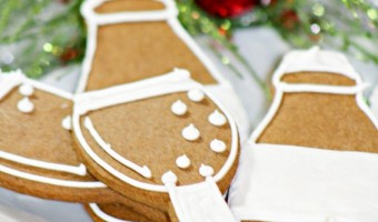 Make this super cute & fun New Year's Eve dog treats recipe so your furry best friend can ring in the New Year along with you. It's a hypoallergenic dog treat for dogs without wheat allergies.